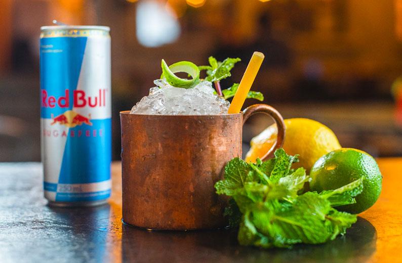Quatro receitas de drinques fáceis e saborosos para fazer com Red Bull