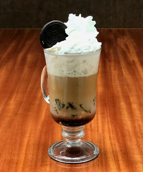 Café com Oreo é ótima pedida para esquentar os dias frios
