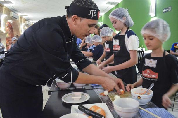 Oficina de sushi para crianças é opção de atividade lúdica e de integração