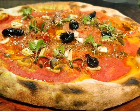 Dia da Pizza: Conheça a Pizza de Alho Negro!