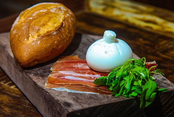 Receita da DiBufalo: queijo burrata com presunto parma