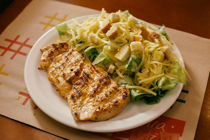 Salada Cesar com grelhado é opção leve para o Verão