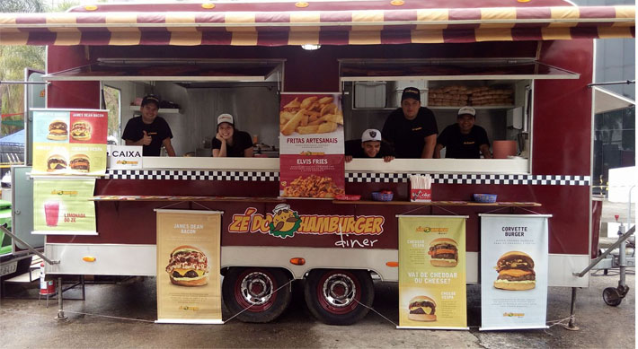 Zé do Hamburger se aproxima de seus clientes com food trailer